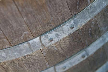 Alte hölzerne Wein Barrel mit Metall Klammer in Weingut Standard-Bild - 6448519