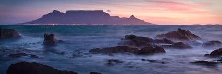 Vista der Tafelberg im Morgengrauen von Bloubergstrand aus gesehen  Standard-Bild - 6448514