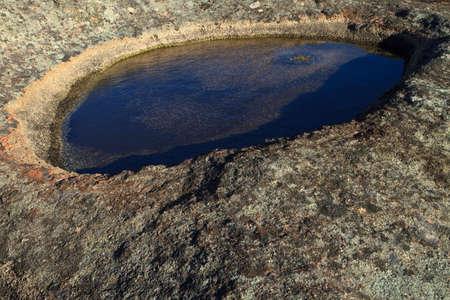 Pool von seichtem Wasser auf den Berg-Felsen Paarl Standard-Bild - 6448512