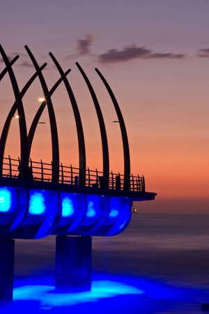 Sonnenaufgang über Umlanga Pier mit blauen Lichter reflektiert im Ozean  Standard-Bild - 6499244