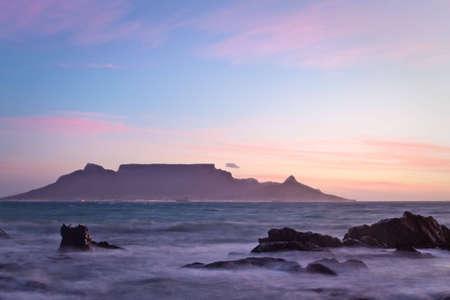Vista der Tafelberg im Morgengrauen von Bloubergstrand aus gesehen Standard-Bild - 6499243