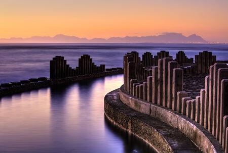 Gordons Bay Gezeiten-Pool bei Sonnenuntergang mit Tafelberg im Hintergrund Standard-Bild - 23172088