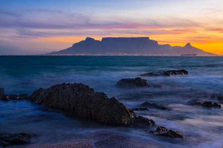 Tafelberg bei Sonnenuntergang von Bloubergstrand Standard-Bild - 23175417