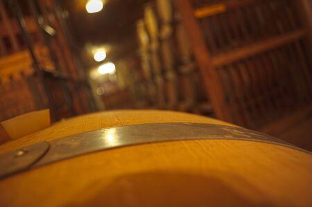 Sehr alte Weinkeller mit Schwerpunkt auf den Lauf Streifen im Vordergrund Standard-Bild - 23175426