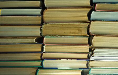 La pile de vieux livres à la bibliothèque publique Banque d'images - 9179281