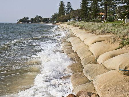 Erosie veroorzaakt door de stijgende zee spiegel toe te schrijven aan de globale opwarming van de aarde  Stockfoto