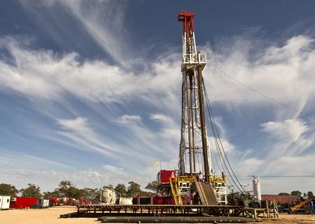 Land Drilling Rig en bewolkte hemel