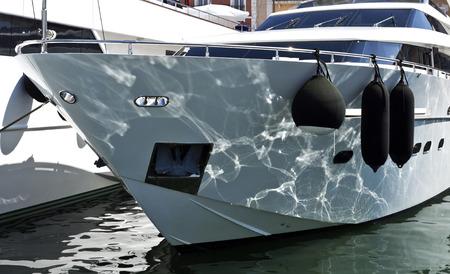 super yacht: Riflessioni di acqua sulla prua di un super yacht ormeggiati nel porto di St Tropez, Francia Archivio Fotografico
