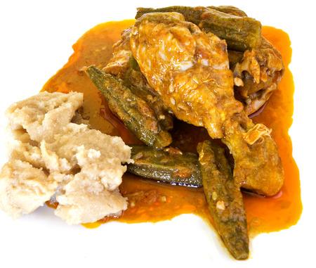 red palm oil: Moamba de galinha, chiamato anche Spezzatino di pollo con Red olio di palma, � un piatto tradizionale dall'Angola in Africa Occidentale fatta di pollo e okra cotto in olio di palma rosso.