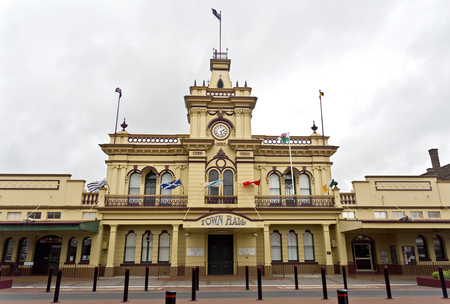 examiner: Glen Innes is a town located in the heart of the New England High Country in NSW, Australia, and retains its federation style buildings.