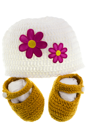 lull: Knitted baby shoes and hat with flowers