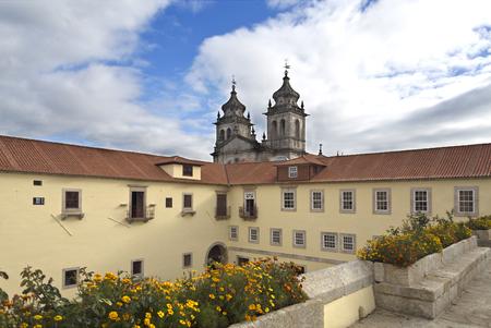 hospedaje: Vista desde la vía de paso entre los cuartos coristas y el alojamiento en casa con la iglesia en el fondo del Monasterio de Sao Martinho en Tibaes, Portugal