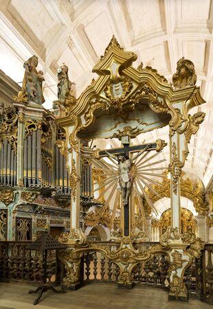oratoria: El oratorio de estilo barroco de Cristo Crucificado en la iglesia del Monasterio de Sao Martinho en Tibaes, Portugal