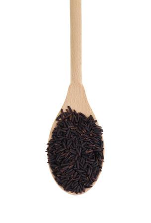 鉄、ビタミン E、抗酸化物質、木のスプーンでソースを栄養価の高い黒米、米種イネの種類の範囲のヒープ。