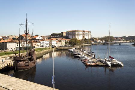 caravelle: Vue sur le port de plaisance de l'embouchure avec la réplique d'une caravelle du XVIe siècle sur la gauche, à Vila do Conde, Portugal