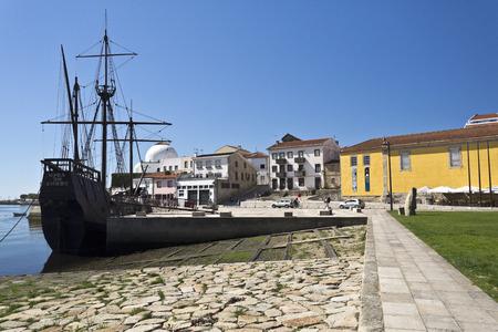 caravelle: Réplique d'une caravelle et le chantier naval à Vila do Conde, Portugal Éditoriale