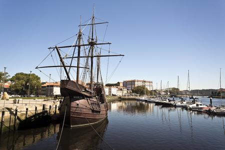 caravelle: Réplique d'une caravelle, un petit et très maniable voilier développé au 15ème siècle par les Portugais pour explorer le long de la côte ouest-africaine et dans l'océan Atlantique. Éditoriale