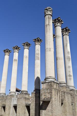templo romano: Columnas del templo romano orden corintio en Córdoba, España