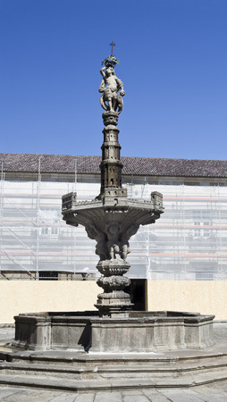 derives: Fountain built in 1723, in Braga, Portugal. Its name derives from the representation of castles on the upper basin and the column above it.