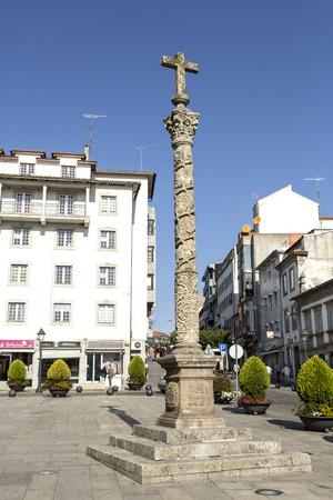 Na Praça da Sé é a escultura do calvário do século XIX (cruceiro) no alto de uma coluna salomônica coríntia, em Braganca, Portugal Foto de archivo - 90483872