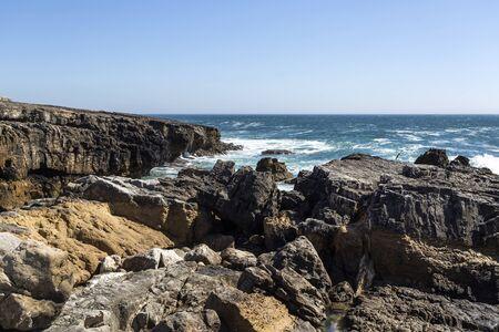 カスカイス、ポルトガルの近くの岩と急な険しい海岸線 写真素材