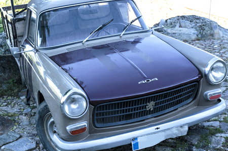 Image of a Ute Peugeot 404 classic car, 1965 model, on the streets of the village of Castelo Rodrigo, Portugal 版權商用圖片