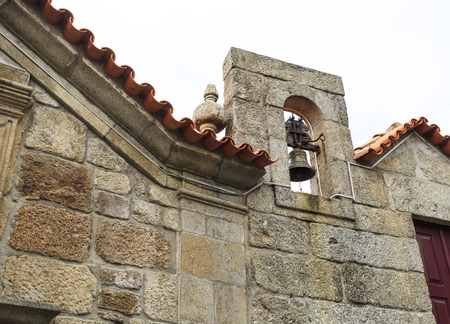 Belfry with a single bell of the chapel of Our Lord of the Steps, today the Tourism Office of the historic village of Linhares da Beira, Gouveia, Portugal Banque d'images - 121718192