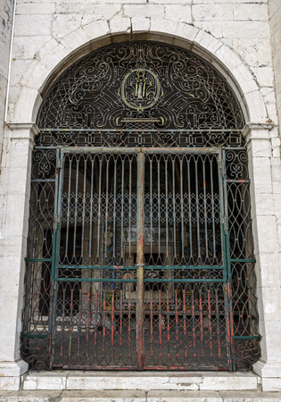 It is believed St Amaro healed broken legs and arms. In this gate of the 18th century, an arm is the main feature of the decoration. In Lisbon, Portugal Stock fotó