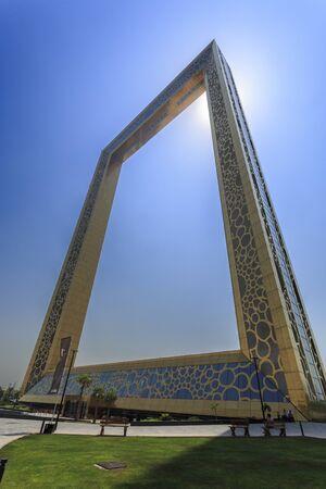 El marco de Dubai, el marco más grande del mundo, se encuentra a una altura de 150 m (492 pies) y está hecho de vidrio, acero, aluminio y hormigón armado. Foto de archivo