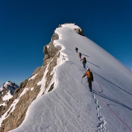 Bergbeklimmers beklimmen van een berg