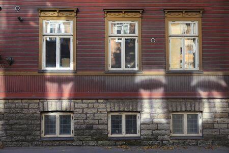 fleck: Sunlight reflections from windows on historic building in Tallinn Stock Photo