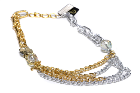 金色のネックレスのクローズアップビュー