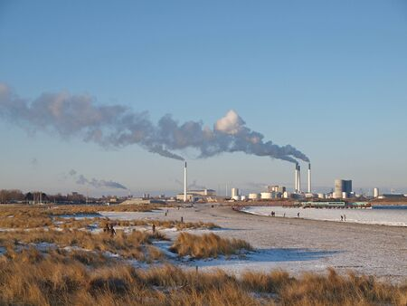 KOPENHAGEN - JAN 20: De Amager Power Station gezien vanaf de Amager Beach Park in Kopenhagen, Denemarken op 20 januari 2013. Het levert 346.000 huishoudens van elektriciteit.