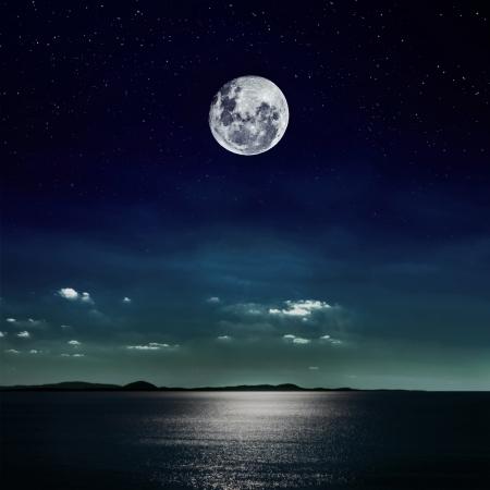 noche y luna: La luna llena reflejada en el mar Foto de archivo