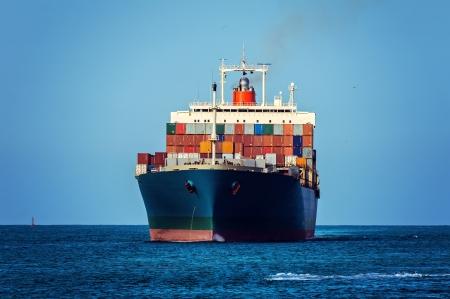 freight container: Buque de carga en el oc�ano Foto de archivo