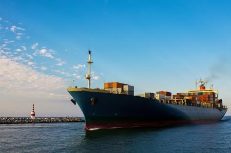 schepen: Containervrachtschip in oceaan
