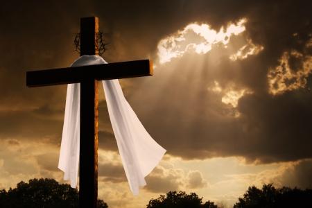 Diese dramatische Beleuchtung mit Gewitterwolken und Sonnenschein Brechen durch Platzen macht eine große Ostern Bilder von Jesus am Kreuz starb und Auferstehen Standard-Bild