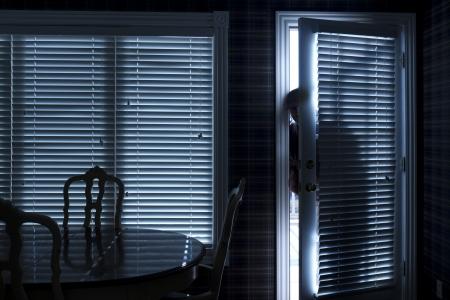 Deze foto illustreert een huis breuk in 's nachts via een achterdeur van binnenuit de woning
