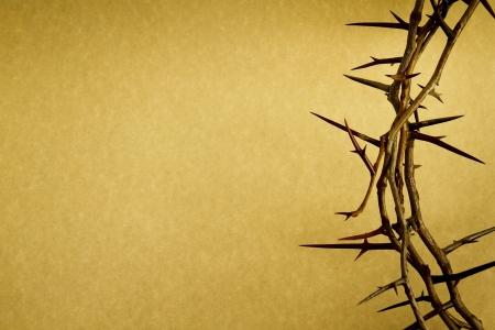 perdonar: Esta corona de espinas contra el papel de pergamino representa a Jesús Foto de archivo