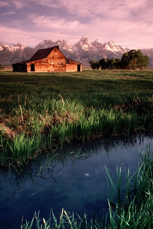 Deze Oude Schuur bij Antelope Flats in Grand Tetons National Park Wyoming bij zonsopgang zorgt voor een mooie foto