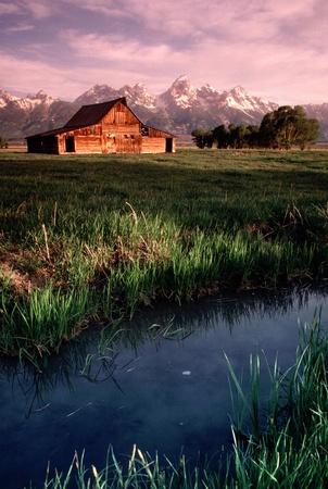 Este antiguo granero en Antelope Flats en Grand Teton National Park Wyoming de Sunrise hace una hermosa fotografía Foto de archivo - 21908264