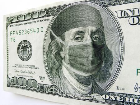 Questa foto illustrazione di Ben Franklin indossando una maschera di assistenza sanitaria e cofano su una banconota da cento dollari potrebbe illustrare l'elevato costo delle cure sanitarie, l'alto costo della legislazione sanitaria con gli Stati Uniti legge sull'assistenza sanitaria recentemente approvata o l'alta c Archivio Fotografico - 21908269