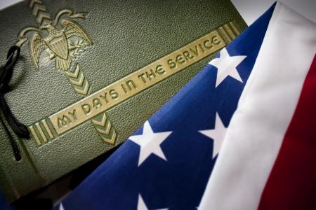 Verenigde Staten Memorial Day herdenking foto van een Tweede Wereldoorlog Militaire Dienst fotoalbum met Verenigde Staten vlag als achtergrond symboliseert herinneringen van oorlogsveteranen