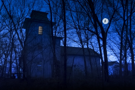 Deze donkere griezelige spookhuis zou een grote Halloween achtergrond afbeelding te maken met zijn grote maan en uil