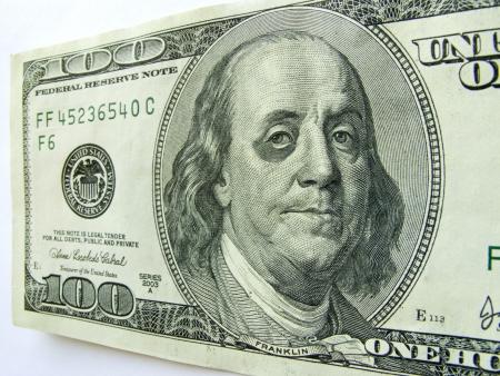 Deze foto illustratie van Ben Franklin met een blauw oog op een honderd dollar bill misschien een moeilijke economie te illustreren, inflatie, werkloosheid of economische recessie, of bezuinigingen etc Stockfoto - 22149455