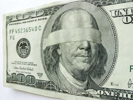 Ben Franklin Geblinddoekt op deze One Hundred Dollar Bill zou illustreren gemengde economische richting of onzekerheid, zakelijke problemen, winst, uitdagingen werkgelegenheid, inkomen fiscale kwesties, financiële tekorten of salarissen en inkomsten zou