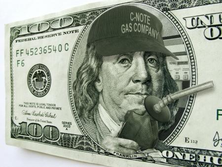 Este ejemplo de la foto de Ben Franklin con el sombrero y la bomba de gas en un billete de un dólar de cien ilustra el alto costo de los precios de los combustibles y el gas en la economía y el consumidor Foto de archivo - 22149463