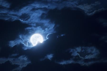 Deze dramatische foto illustratie van een nachtelijke scène met helder verlichte wolken en grote, volle, Blue Moon zou een grote achtergrond voor veel gebruik maken