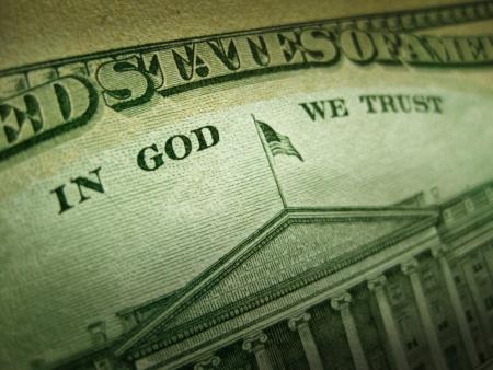 Een macro close-up foto met nadruk op de inscriptie In God vertrouwen wij op de achterkant van een Verenigde Staten tien dollar bill met selectieve aandacht voor het werk van God