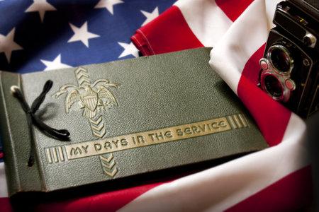 Memorial Day herdenking foto van een Tweede Wereldoorlog Militaire Dienst fotoalbum en antieke camera met Verenigde Staten vlag als achtergrond symboliseert herinneringen aan een oorlog veteranen Redactioneel